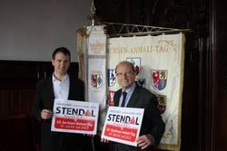 Oberbürgermeister Klaus Schmotz und Michael Neumann mit dem neuen Logo ©Oberbürgermeister Klaus Schmotz und Michael Neumann mit dem neuen Logo