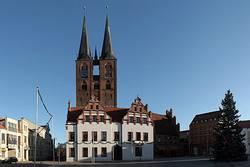 Ansicht des Marktplatzes, mit Rathaus und Kirche St. Marien
